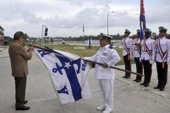 Raúl impuso la Orden Antonio Maceo a la Academia Naval Granma. Foto: Estudios Revolución