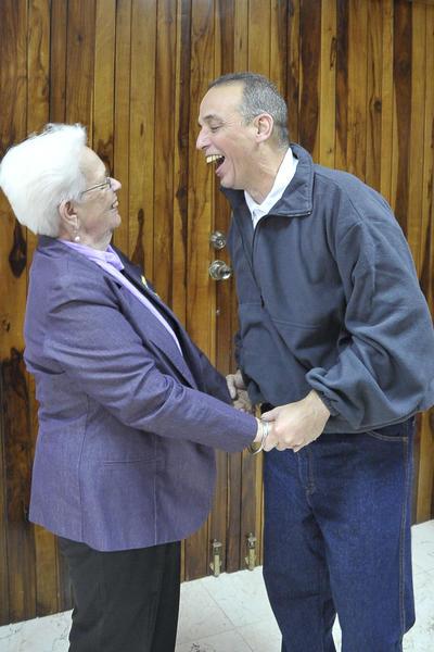Nuestro héroe Antonio Guerrero (D), con su madre Mirta, a su arrivo a la patría, en La Habana, el 17 de diciembre de 2014.    AIN  FOTO/ Estudios Revolución/