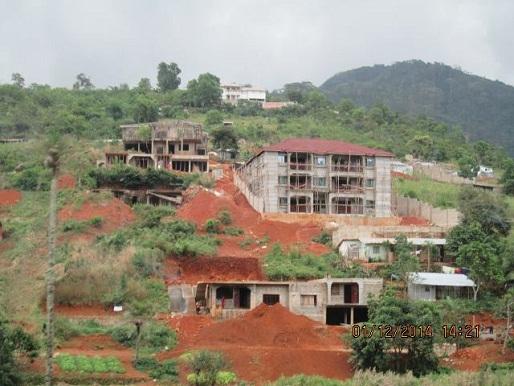 Edificaciones a medio hacer abandonadas en Sierra Leona debido a la epidemia. Foto Enmanuel / Archivo Cubadebate