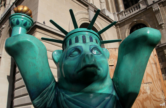 Oso que representa a Estados Unidos. Foto: Ladyrene Pérez/ Cubadebate.