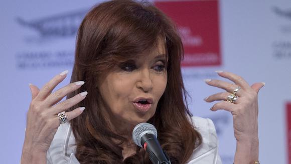 La ausencia de la solidez necesaria para exigir la indagatoria de la Jefa del Estado -con toda la gravedad institucional que una tal acusación implica- así como la sórdida pugna interna en la ya disuelta Secretaría de Inteligencia de la Argentina (reemplazada, como lo anunciara en su discurso del 26 de Enero la presidenta Cristina Fernández de Kirchner, por una renovada Agencia Federal de Inteligencia) donde sectores recientemente desplazados de la SI intentan erosionar la figura presidencial, tienen como objetivo perjudicar las posibilidades del candidato del kirchnerismo en las próximas elecciones presidenciales. Foto: AP
