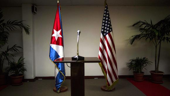 Las banderas de Cuba y EEUU en la sala del Palacio de las Convenciones, donde se han producido las conferencias de prensa de las delegaciones oficiales a la Ronda de conversaciones entre Cuba y EEUU. Foto: Ramón Espinosa/ AP