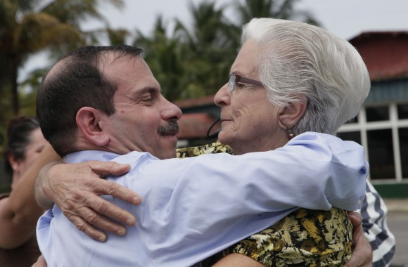 Regreso de Fernando González a la Patria, primer encuentro con su medre. Foto: Ismael Francisco/Cubadebate.