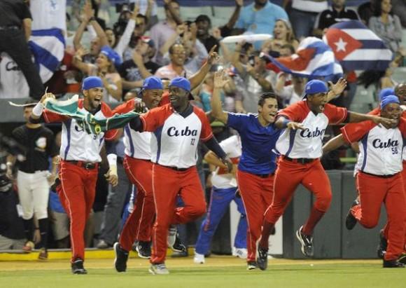 El equipo  cubano Vegueros de Pinar del Rio, celebra su pase a la final de la Serie del Caribe al vencer ocho carreras por cuatro a los Caribes de Azuategui de Venezuela, en el estadio Hiram Bithorn de San Juan, en Puerto Rico, el 7 de febrero de 2015. AIN FOTO/Roberto MOREJON RODRIGUEZ