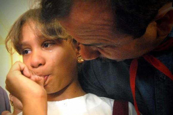 Mabel Quevedo Mayán, estudiante de cuarto grado del Centro mixto 6 de Agosto, de la comunidad de Birán, en la oriental provincia de Holguín, junto al Héroe de la República de Cuba Fernando González Llort, luego de obsequiarle su pañoleta de pionera . FOTO/Juan Pablo Carreras/Cubadebate