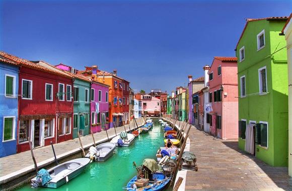 Es una isla de la laguna de Venecia, situada a 7 kilómetros de Venecia, Italia, distancia que se recorre en 20 minutos en vaporetto. Su población actual ronda los 7.000 habitantes.
