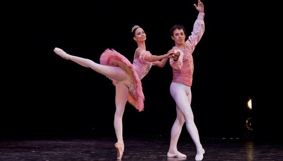 Bailarines representarn ballet cubano en compaas del