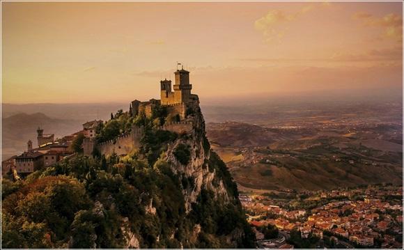 San-Marino es un enclave rodeado de territorio italiano, entre Emilia-Romaña y las Marcas. Contiene al Monte Titano, de 739 metros, y está a solo 10 kilómetros del mar Adriático