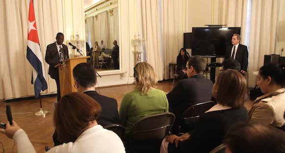 Pedro Luis Pedroso, subdirector general de asuntos multiraterales y de derecho internacional de la cancilleria cubana en rueda de prensa en la Mision diplomatica de Cuba en Washington. Foto: Ismael Francisco/Cubadebate.