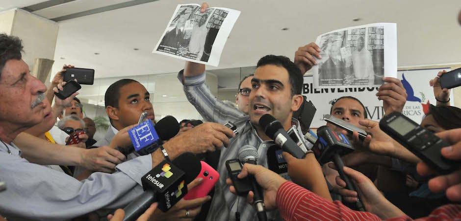 Ricardo Guardia Lugo, presidente de la OCLAE, muestra la imagen en que uno de los mercenarios que se encuentran en Panamá aparece fotografíado con Félix Rodríguez, el asesino del Che. Foto: Juvental Balán/ Granma