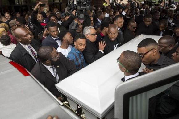 El último adiós a Freddie Gray, el joven afroamericano que murió el 19 de abril bajo custodia policial en Baltimore, Maryland, se convirtió este lunes en un nuevo clamor contra los prejuicios y abusos de la policía de Estados Unidos contra la población negra. Foto: Boston Globe