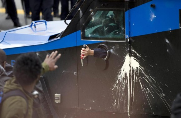 Aunque en algunos puntos de la ciudad continuaban los disturbios y se registraban incendios aislados, en el centro histórico y comercial los principales edificios estaban vallados y la presencia policial era fuerte. Foto: Boston Globe