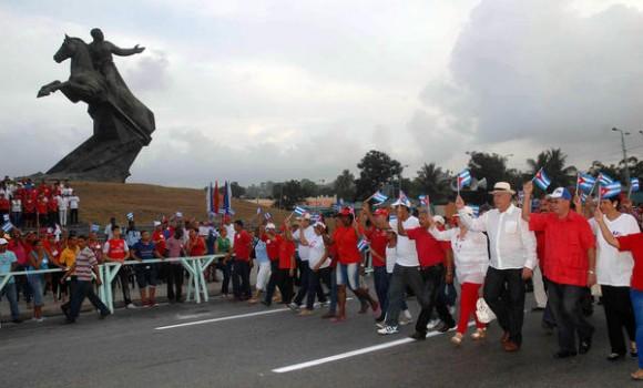 Miguel Díaz-Canel Bermúdez (D), miembro del Buró Político del Comité Central del Partido Comunista de Cuba (BP CC PCC), y Primer Vicepresidente de los Consejos de Estado y de Ministros, junto a Lázaro Expósito Canto (I), Primer Secretario del PCC en la provincia, y otros miembros del partido y el gobierno provincial, encabezan el Desfile por el Primero de Mayo, Día del Proletariado Mundial, en la Plaza de la Revolución Antonio Maceo, en Santiago de Cuba, el 1ro. de mayo de 2015. AIN FOTO/Miguel RUBIERA JUSTIZ/