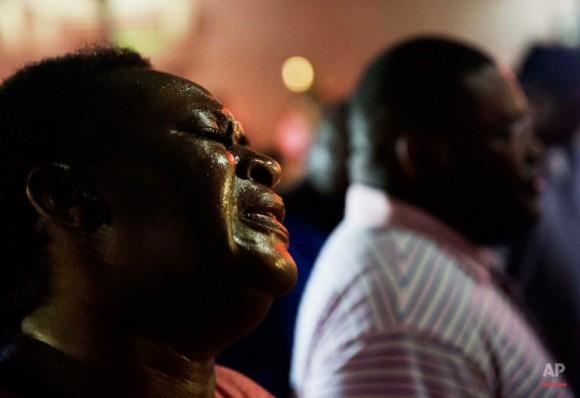 Lisa Doctor se une a un círculo de oración frente a la Iglesia Emanuel. Foto: David Goldman/ AP