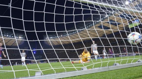 La defensa del Juventus mira el segundo gol del Barcelona  en la Final de la Champions, 6 de junio de 2015. Foto: AFP