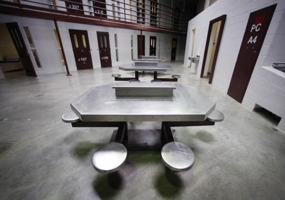 El interior de un bloque de celdas comunales desocupada es visto en el Camp VI, una prisión utilizado a los detenidos de las casas en la base naval estadounidense de Guantánamo, 05 de marzo 2013.  Foto: Bob Strong/ Reuters.