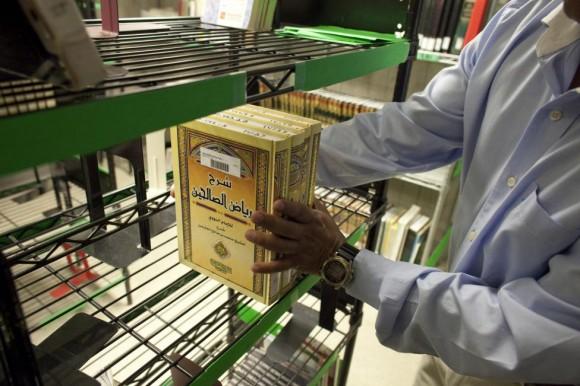 Libros en árabe se ven en las estanterías de la biblioteca detenido situado en el interior de Camp Delta de la base naval estadounidense de Guantánamo, 07 de marzo 2013. Foto: Bob Strong/ Reuters.