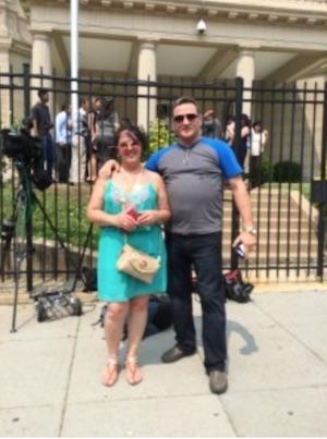 Basilia Quintero y Fernando Rodríguez, quien emigró de Cuba, se sentían afortunados de haber estado presente por la oportunidad de ver el asta subir. (David Montgomery / The Washington Post)