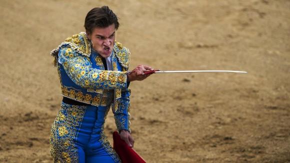 El torero Luis Gerpe prepara su espada durante una corrida en la plaza de Las Ventas, en Madrid, España. La temporada de los toros se extiende de marzo a octubre. Foto: AP