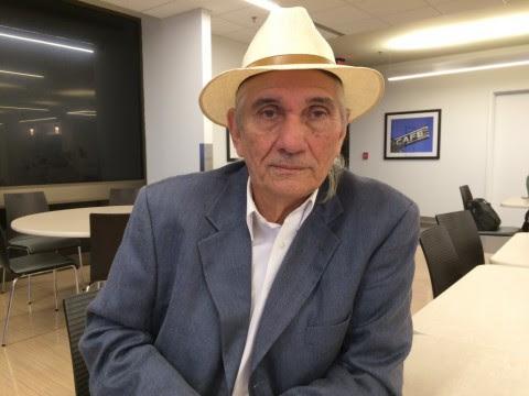 El poeta cubano Waldo Leyva también está de visita en Washington. Foto: David Montgomery / The Washington Post.