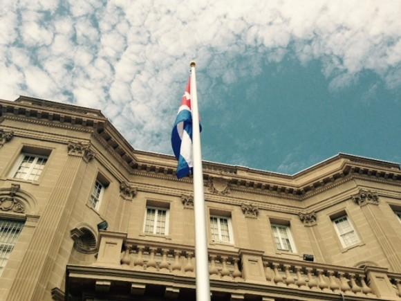 Bandera cubana ondea en Washington, en la sede de la Embajada de Cuba en Estados Unidos. Foto: Ismael Francisco/Cubadebate.