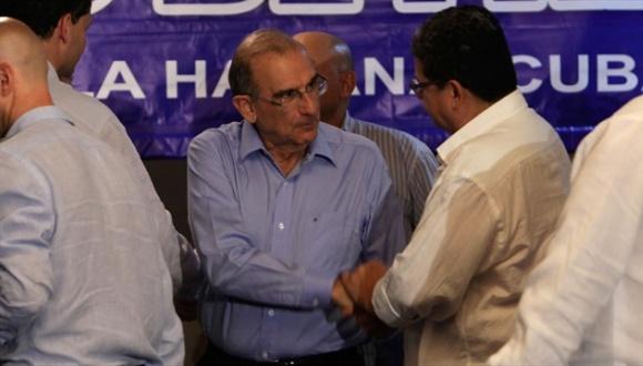 Representantes de las FARC-EP y el gobierno colombiano se saludan. Foto: AP.