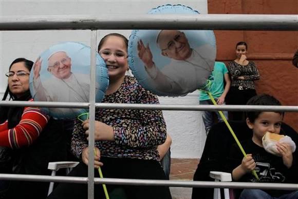 Paraguayos esperan al Papa Francisco. Foto: AP.