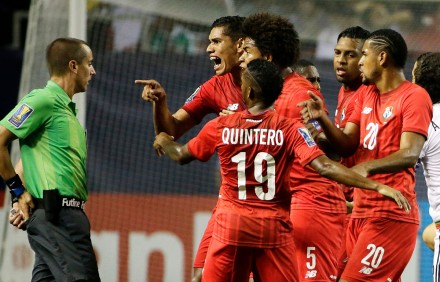 Panameños reclaman fallos arbitrales a Mark Geiger. Foto: AP / David Goldman