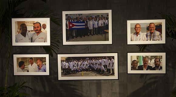 La exposición testimonia la labor de los médicos cubanos  en los países africanos afectados por la epidemia del ébola. Foto: Ismael Francisco/ Cubadebate.