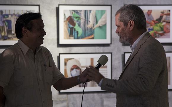 A la derecha, Enrique Ubieta, autor de esta  exposición testimonia la labor de los médicos cubanos  en los países africanos afectados por la epidemia del ébola. Foto: Ismael Francisco/ Cubadebate.