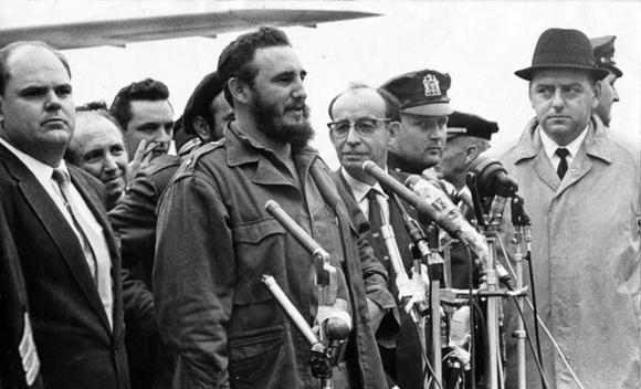 Ante numerosos microfonos Fidel Castro formula sus primeras declaraciones al llegar al aerpuerto internacional Idlewild, en Nueva York (hoy John F. Kennedy). Foto: Alberto Korda
