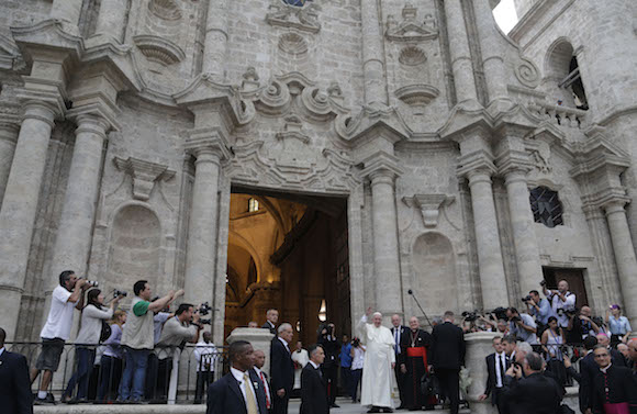 Francisco a la puerta de la preciosa Catedral habanera, joya del barroco latinoamericano. Foto: Ismael Francisco/ Cubadebate