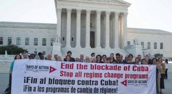 Pancarta contra el bloqueo frente a la Corte Suprema de Justicia en Washington 580