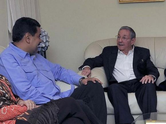 El presidente cubano Raúl Castro conversa con su homólogo de Venezuela Nicolás Maduro, en la ONU. Fotos: Estudios Revolución