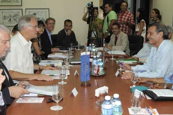 Abelardo Moreno (D), Vicecanciller cubano, y Christian Leffler (I), director ejecutivo para las Américas del Servicio Europeo de Acción Exterior, conversan durante la quinta ronda de negociaciones, para avanzar en la búsqueda de un Acuerdo de Diálogo Político y de Cooperación, en la sede del Ministerio de Relaciones Exteriores (MINREX), en La Habana, Cuba, el 9 de septiembre de 2015. AIN FOTO/ Roberto MOREJÓN RODRÍGUEZ