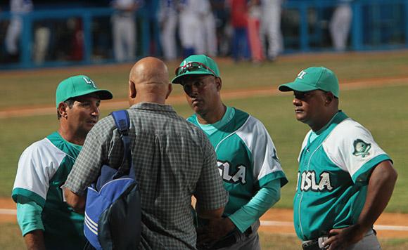 Pedro Medina conversa con la direccion del equipo de la Isla. Foto: Ismael Francisco/Cubadebate.