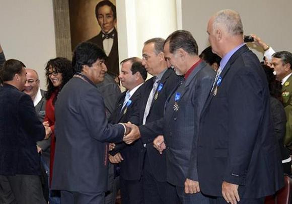 Momentos del la ceremonia de condecoración de Evo Morales a los héroes cubanos. Foto: Tomada de www.entornointeligente.com