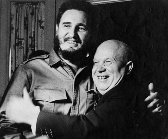 Abrazo de Fidel y Nikita Jruschov. Foto: Alberto Korda