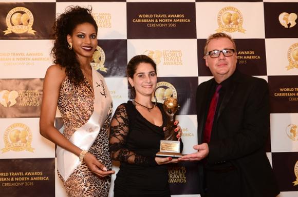 Sra Aeleen Ortiz Concepción, Subgerente, Hotel Nacional de Cuba Chris Frost, Vicepresidente de World Travel Awards