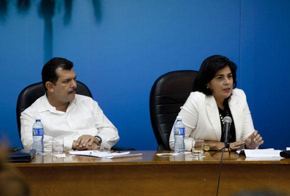 Iván Ricardo Chacón (Mitrans) y María del Carmen Orellana (Mintur). Foto: Ismael Francisco/Cubadebate