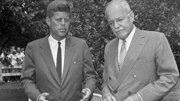 ¿Aparece JFK en esta foto retratado junto al hombre que decidió su suerte? Foto: Corbis/Bettmann