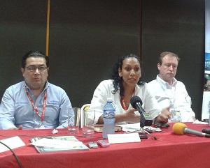 De izq a der: Luis González, presidente de Richtmeat de Cuba, Wendy Miranda y Charles Baker. Foto: José Raúl Concepción/Cubadebate.Foto: José Raúl Concepción/Cubadebate.