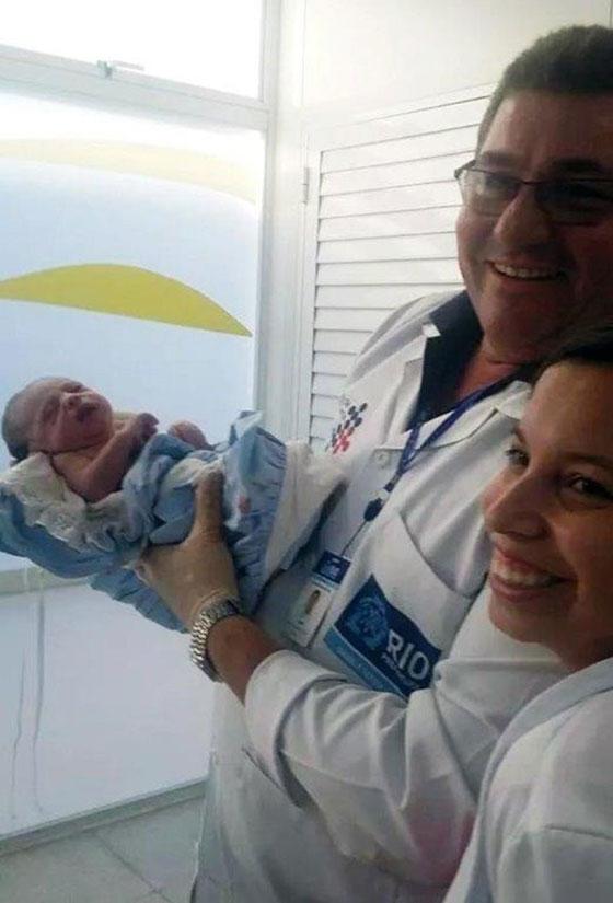 Junto a la enfermera muestra al niño.