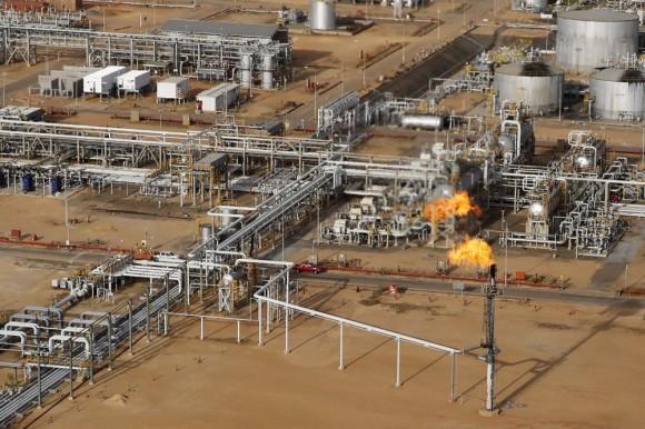Un operado por la compañía de Venezuela petrolera estatal, PDVSA, en la faja del Orinoco, rica en petróleo, 16 de abril de 2015. Foto: Carlos García / Reuters / Landov