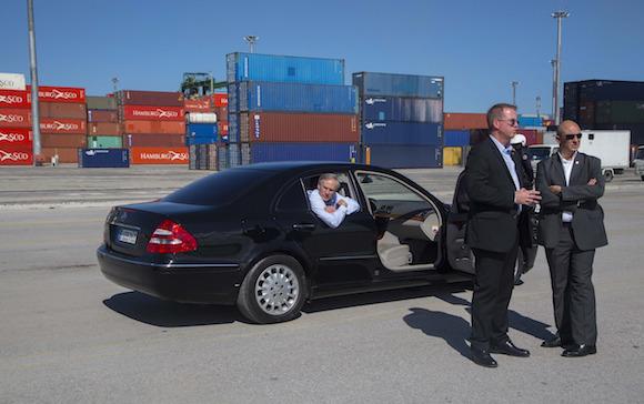 El gobernado de Texas, Greg Abbott visita el Puerto de Mariel este martes. Foto: Desmond Boylan/ AP