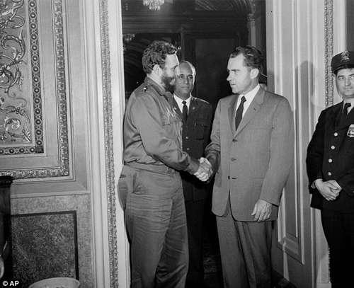 El 19 de abril de 1959 el entonces vicepresidente Richard Nixon recibió a Fidel Castro. En la agenda de Castro se dijo que el encuentro había durado sólo 15 minutos. Hoy se sabe que ambos líderes hablaron en la oficina de Capitol Hill por más de dos horas. Foto Ap