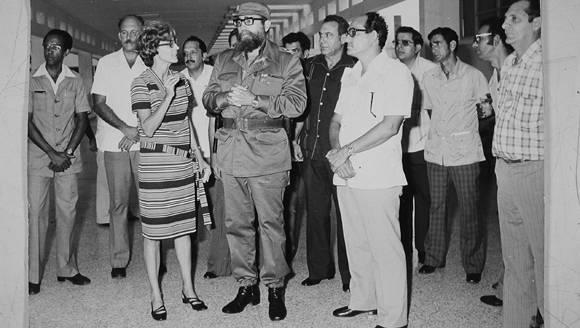 Fidel visita el CENSA el 1 de septiembre de 1980 para inaugurar el centro. Al frente de izquierda a derecha. Rosa Elena Simeón, Fidel y Álvarez de la Nuez. Foto: Archivo de Cubadebate