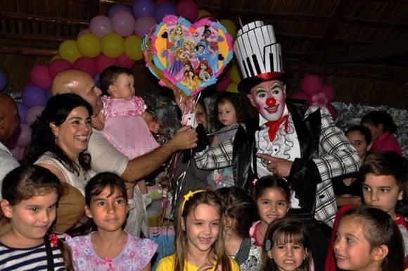 Con amiguitos. Foto. Roberto Garaicoa Martínez. CUBADEBATE
