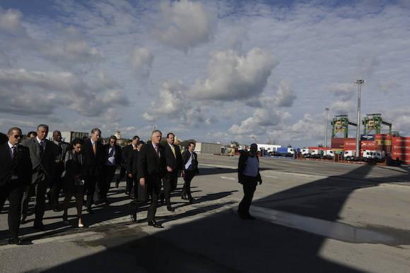 Gobernador demócrata de Virginia, Terry McAuliffe, en el Puerto del Mariel. Foto: Enrique  de la Osa/ Reuters