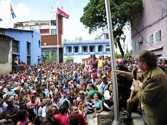 Al concluir el recorrido, dialogó con los santiagueros en una improvisada tribuna. Foto: Estudio Revolución